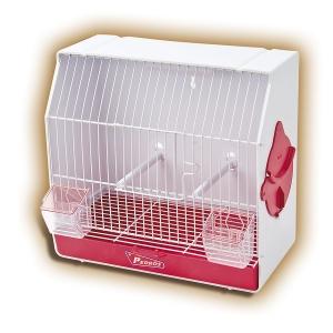 Jaula de exposición para canarios. Jaula de concurso, en color blanco, práctica y desmontable. Esta jaula es de plástico, cerrada por detrás y a ambos lados. La única cara de rejilla de la jaula es la delantera. Consta de dos comederos transparentes y dos palillos para que el pájaro se pose. El suelo tiene una bandeja extraíble para recoger los restos de comida y excrementos, con una rejilla que separa este espacio del pájaro. Medidas: 34 x 17 x 32 cm