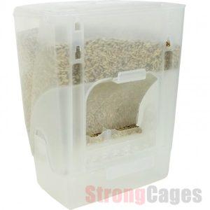 Comedero Economy Dispenser de plástico para pájaros con deposito. Se acopla perfectamente a las jaulas de cría o de cualquier otro tipo que utilicen comederos individuales del tipo pestaña. Consta de una parte que se fija en la jaula y otra que es el depósito, que, mediante un sistema de guías, puede ponerse y sacarse con facilidad. Se rellenan mediante la tapa situada en la parte superior. Su diseño especial impide que el pájaro tire la comida y permite que la cáscara de la semilla se deposite en una pequeña camara situada delante del depósito. La boca de la comida es abierta. Capacidad: 1 Kg Medidas: 14 cm x 10 cm x 18 cm