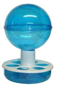 Comedero de plástico para el interior de la jaula. Depósito en forma de bola y base redonda con agujeros para que los pájaros puedan comer. Capacidad: 600 ml. Medidas: Diámetro de la base 11,5 cm, diámetro de la bola 11 cm, altura 16,5 cm