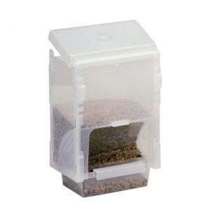 Comedero fabricado en plástico con capacidad para 1 kg de semillas. Depósito con tapa que se puede rellenar con facilidad. Se puede situar tanto en el interior de la jaula, como en el exterior. A diferencia del modelo 117 la boca del dispensador de la comida es abierta. Medidas: 14 ancho x 10 fondo x 21 altura