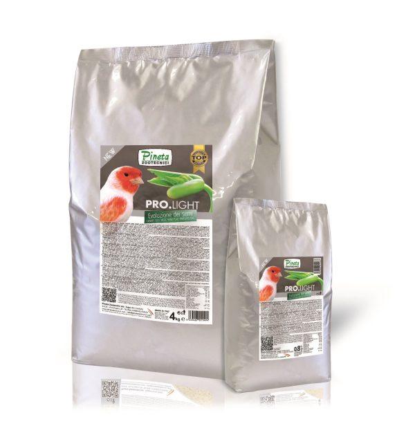 """PRO.LIGHT es un alimento para canarios hecho por el 97% de una mezcla de 5 semillas (alpiste, negrillo, cañamón, linaza, avena) enriquecidos con vitaminas (A, D3, C, PP, E, B2, K, B1, B12, Calcio D-Pantotenato, ácido fólico), aminoácidos (metionina, colina), minerales (calcio, magnesio, hierro, manganeso, cobre), prebióticos y probióticos. PRO.LIGHT es un producto innovador creado para reemplazar las mezclas de semillas convencionales. Se presenta en forma de gránulos listos para usar y ofrece los mismos beneficios de las semillas tradicionales pero reduce los aspectos negativos asociados a sus uso. No es un unifeed (RTM), no causa """"doré"""" y no afecta el color natural del plumaje y tampoco afecta la costumbre de los canarios al consumo de las mezclas convencionales. ¿Quién utiliza PRO.LIGHT ? • Los que tienen graves problemas de mortalidad entre los canarios. • Los que están cansados de tener problemas con las mezclas de semillas tradicionales. • Los que quieren reducir el desperdicio y optimizar los costes. • Los que tienen poco tiempo para la limpieza del criadero y no quieren dejar los beneficios de las semillas. • Los que buscan una dieta rica y de alta calidad para los canarios. • Los que desean tener un criadero más limpio. • Los que están atentos a las necesidades nutricionales de los canarios. • Los que quieren una mejoría constante en la gestión del criadero. ¿Qué VENTAJAS ofrece PRO.LIGHT ? • Tiene una carga bacteriana reducida (menor tasa de mortalidad). • Tiene una mejor digestibilidad. • Ofrece una ingesta alimenticia equilibrada y de alta calidad. • Promueve un mejor crecimiento. • Vitaminas, minerales, prebióticos y Probióticos garantizan una integración básica de la dieta diaria y estimulan el sistema inmunológico. • Las semillas convencionalmente utilizadas para la alimentación de los canarios se combinan en un solo producto; de esa manera todos los sujetos consumen una mezcla equilibrada de las 5 semillas: se elimina, por lo tanto, el problema de la"""